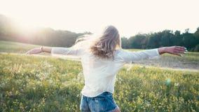 Skönhet som ler flickan på vårfältet äng Ståenden av att skratta och det lyckliga barnet modellerar kvinnan med sunt långt arkivfilmer