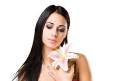 Skönhet som skjutas av ursnygg ung brunettkvinna. Royaltyfri Bild
