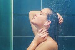 Skönhet under dusch royaltyfria foton