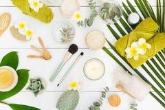 Skönhetbakgrund med ansikts- kosmetiska produkter fotografering för bildbyråer