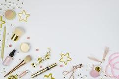 Skönhetbakgrund Olik makeupprodukter och tillbehör som ram Ljust glänsande feriesmink Tonad bild, kopia royaltyfri bild