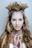 Skönhetbarnet snöar drottningen i felika exponeringar med hår Arkivfoton