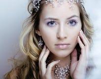 Skönhetbarnet snöar drottningen i felika exponeringar med kronan på hennes huvud Royaltyfria Bilder