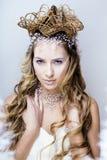 Skönhetbarnet snöar drottningen i felika exponeringar med kronan på hennes huvud Royaltyfria Foton