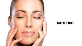 Skönhetbegrepp med provkartor av makeup på framsida Härlig modellflicka med prickfri hud arkivbilder