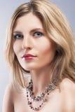 Skönhetbegrepp: Närbildstudiostående av den BeautifulBlond kvinnan Royaltyfri Foto