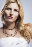 Skönhetbegrepp: Närbildstudiostående av den BeautifulBlond kvinnan Royaltyfri Bild