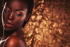 Skönhetbegrepp: Stående av en sinnlig ung afrikansk kvinna med kulört smink royaltyfria bilder