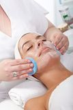 Skönhetbehandling på kosmetologen Arkivbilder