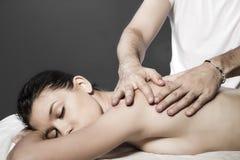 Skönhetbehandlingbegrepp. Massör som in gör massage på kvinnakropp royaltyfri bild