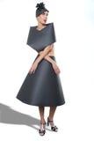 Skönhetbild av en kvinna som bär en svart pappers- klänning Royaltyfria Bilder