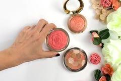 Skönhetblogg, makeupprodukter, på ljus bakgrund royaltyfri bild