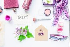 Skönhetbloggbegrepp Lila färg Kvinnlig utformad tillbehör: anteckningsbok, solglasögon, bijouterieobjekt, skönhetsmedel och lilab arkivfoton