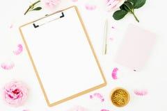 Skönhetbloggsammansättning med mejeri, den rosa rosbuketten och skrivplattan på vit bakgrund Top beskådar Lekmanna- lägenhet royaltyfri foto