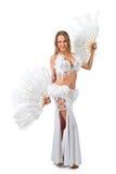 Skönhetblondin i den vita magdansösdräkten Arkivfoto