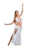 Skönhetblondin i den vita magdansösdräkten Royaltyfri Foto