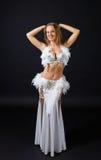 Skönhetblondin i den vita magdansösdräkten Royaltyfria Foton
