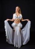 Skönhetblondin i den vita magdansösdräkten Arkivbild