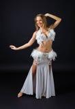 Skönhetblondin i den vita magdansösdräkten Arkivfoton