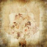 Skönhetbröllopbukett av ro i händer för en brud Royaltyfri Foto