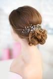 Skönhetbröllopfrisyr Brud Bakre sikt för härlig frisyr royaltyfria foton
