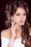 Skönhetbrud. Härlig brunettkvinna. Frisyr. Makeup. Maniskt Royaltyfri Foto