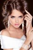 Skönhetbrud. Härlig elegant brunettflicka, pos. för modemodell Royaltyfria Bilder