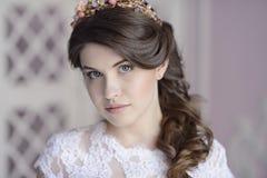 Skönhetbrud i brud- kappa inomhus Royaltyfri Bild