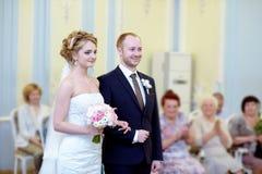Skönhetbruden och den stiliga brudgummen registrerar förbindelsen Royaltyfri Fotografi