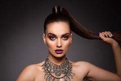 Skönhetbrunettkvinna med perfekt makeup Härligt yrkesmässigt feriesmink Royaltyfria Bilder