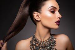 Skönhetbrunettkvinna med perfekt makeup Härligt yrkesmässigt feriesmink Arkivfoton