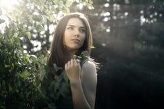 skönhetbrunettstående Arkivfoto
