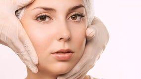 Skönhetcosmetologyframsida Ansikts- stående för flicka Hydrakräm och injektion Kvinnlig modell för dermatologi 15 woman young arkivfoto