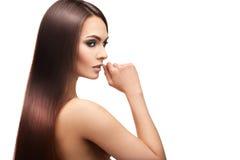 Skönhetdam med makeup och perfekt streighthår på vit backg Royaltyfria Bilder
