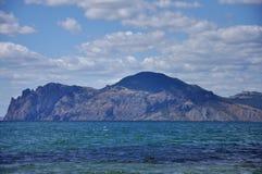 Skönheten av de Crimean bergen badade vid det Chorny havet. Arkivfoto