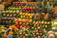 Skönheten av den spanska fruktmarknaden royaltyfria bilder