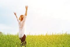 Skönheten av en flicka utomhus som tycker om naturen och frihet och tycker om liv Härlig flicka i en vit skjorta, promenader Royaltyfria Foton