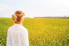 Skönheten av en flicka utomhus som tycker om naturen och frihet och tycker om liv Härlig flicka i en vit skjorta, promenader Arkivbilder