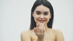 Skönheten av en kvinna med perfekt makeup gör en kyssgest Närbildstående av ett härligt gulligt charmigt lyckligt lager videofilmer