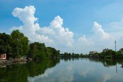 Skönheten av himlen som reflekterar vattnet Arkivfoton