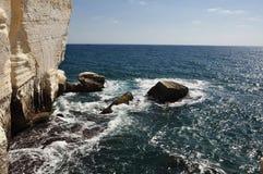 Skönheten av klipporna av Rosh mummel Nikra. Royaltyfria Foton