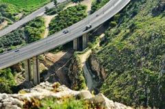 Skönheten av vägar på styltor passerar i bergen. Arkivbild