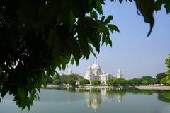 Skönheten av Victoria Memorial bak trädet royaltyfria foton