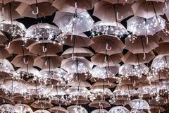 Skönheten av vita paraplyer exponerade av julljus som dekorerar gatorna av Agueda Portugal royaltyfria bilder