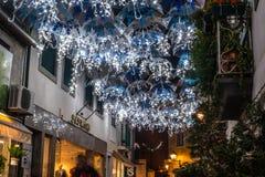 Skönheten av vita paraplyer exponerade av julljus som dekorerar gatorna av Agueda Portugal royaltyfri fotografi