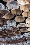Skönheten av vita paraplyer exponerade av julljus som dekorerar gatorna av Agueda Portugal arkivbild