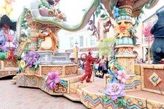 Skönheten och gyckeln av infallet ståtar av tecknad filmtecken, Walt Disney på Hong Kong Disneyland Arkivfoton