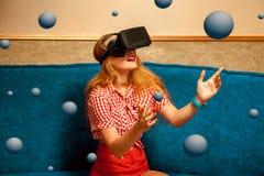 Skönhetflicka i virtuell verklighethjälm Royaltyfri Foto