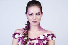 Skönhetflicka med blommor på kroppen Royaltyfria Foton