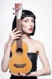 Skönhetflicka med den lilla gitarren Fotografering för Bildbyråer